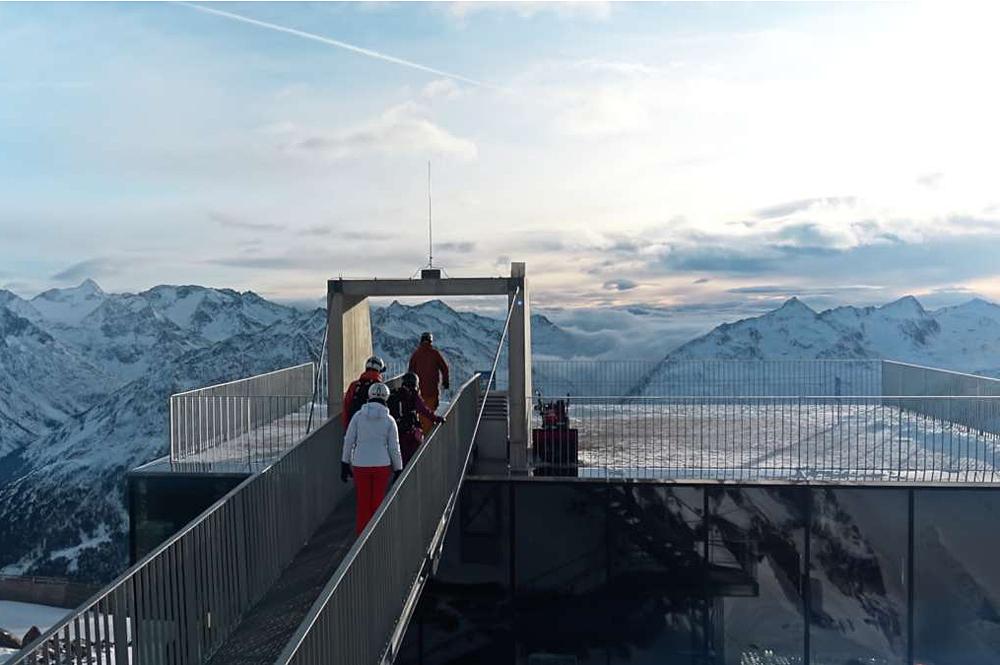 Blick auf und über die Terrasse vom Ice Q