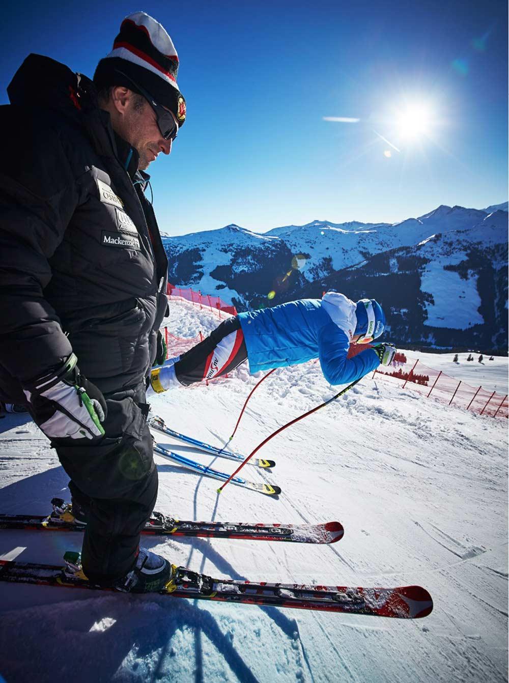 Zwei Skifahrer an der Startlinie