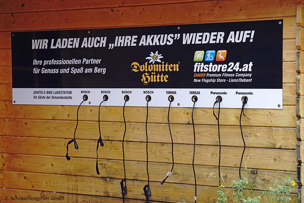 E-Bike-Ladestation vor der Dolomitenhütte