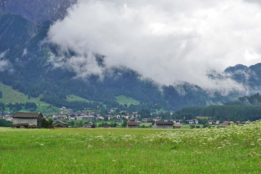 Wir wandern am Fuße der Zugspitze an Ehrwald vorbei