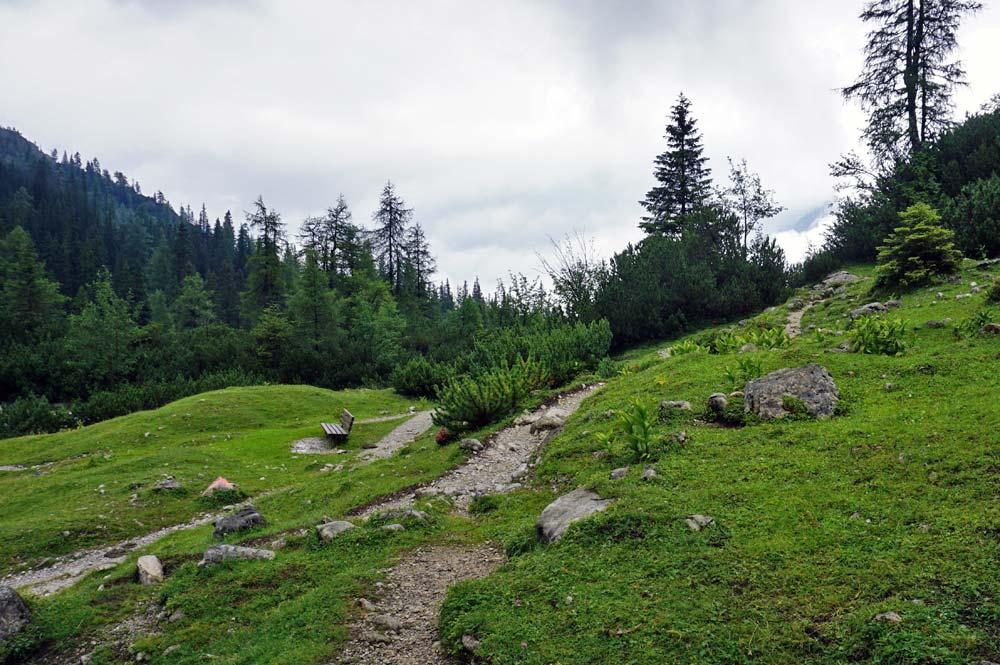 Wanderwege schlängeln sich in der Nähe des Seebensee durch die Landschaft