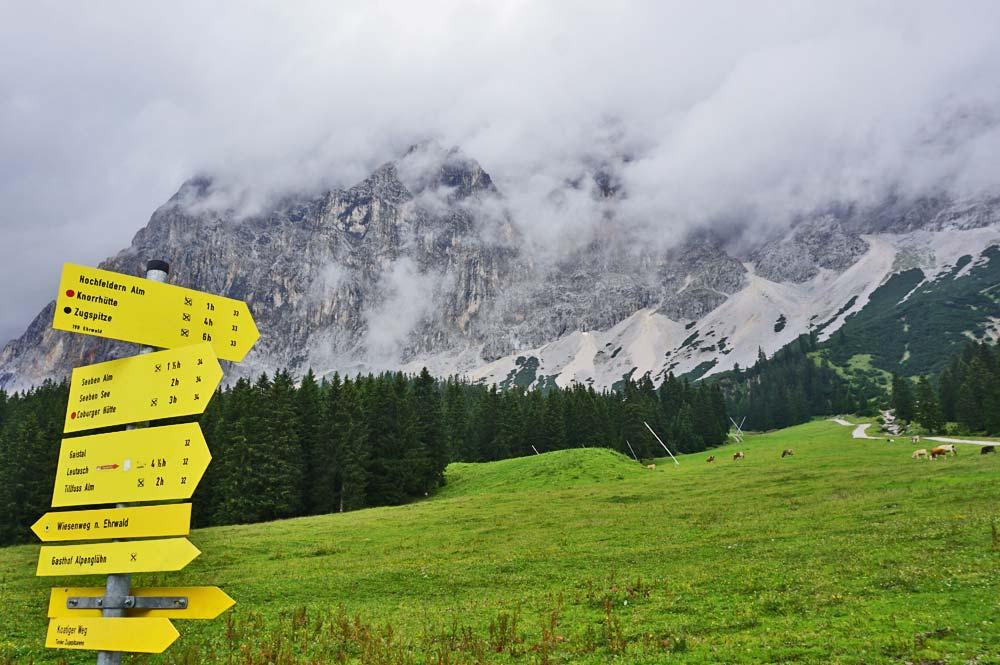 Wegweiser zu anspruchsvollen Touren, z.B. zur Coburger Hütte oder Zugspitze