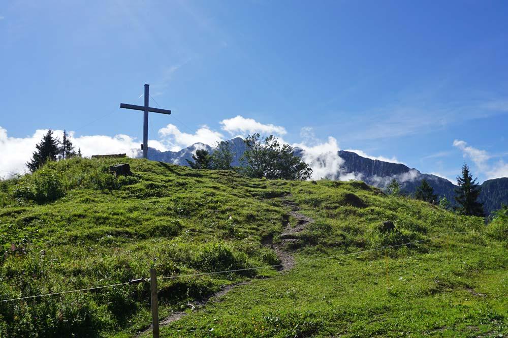 Blick zum Gipfelkreuz auf dem Gamskogel
