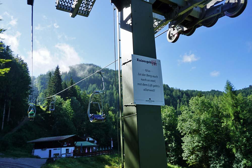 Einer der Sprüche an den Stützpfeilern während der Kaiserliftfahrt, im Hintergrund sieht man die Duxer Alm