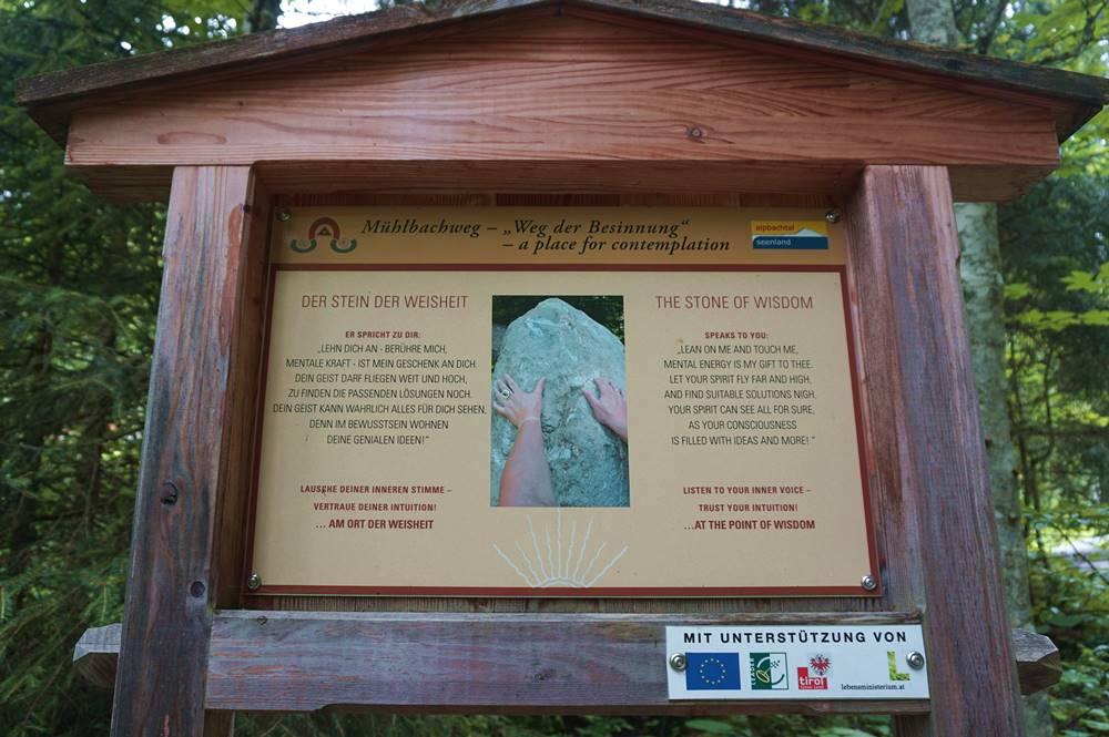 Erklärungsschild zum Stein der Weisheit am Weg der Besinnung in Alpbach
