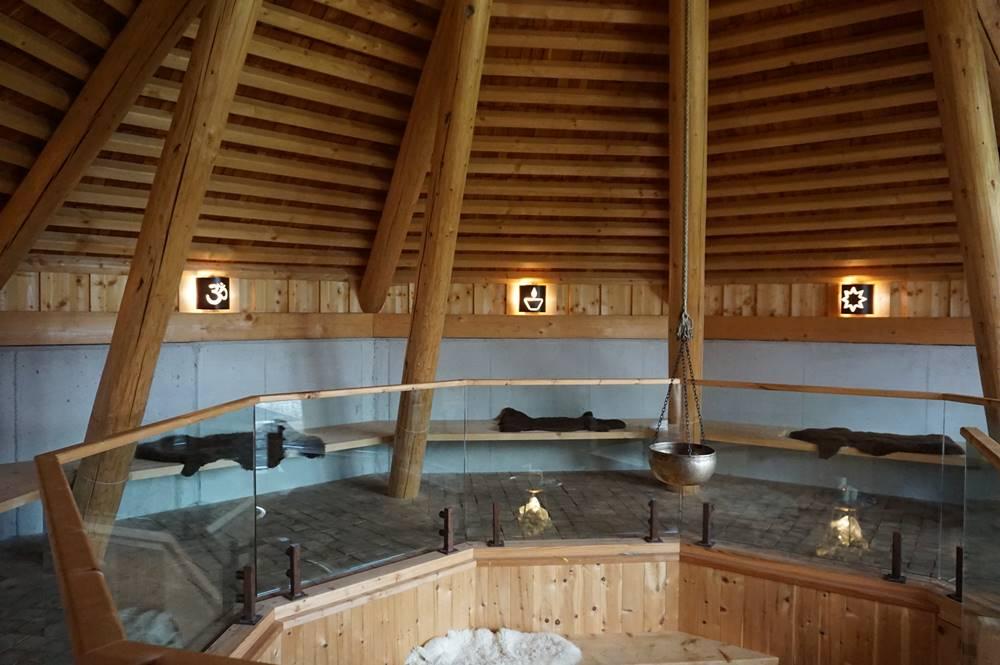 Drei der Neun Sitzgruppen, den Religionen zugeordnet im Ort der Stille im Alpbachtal