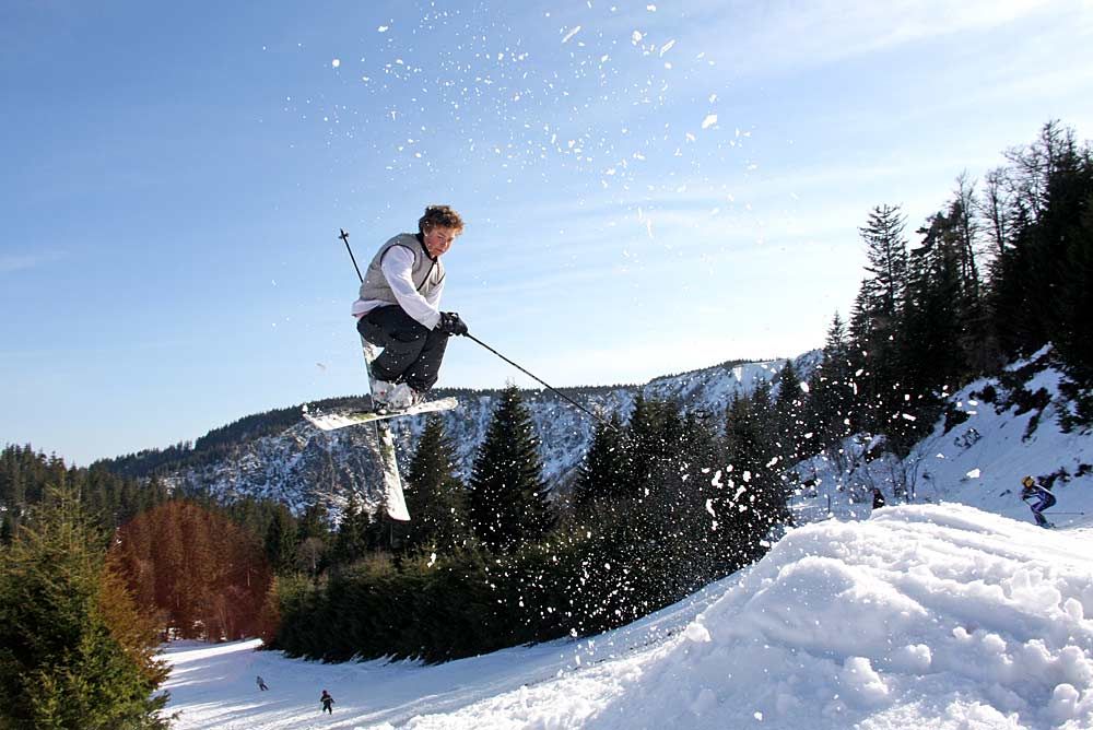Skifahrer beim Freestyle in Le Lac Blanc