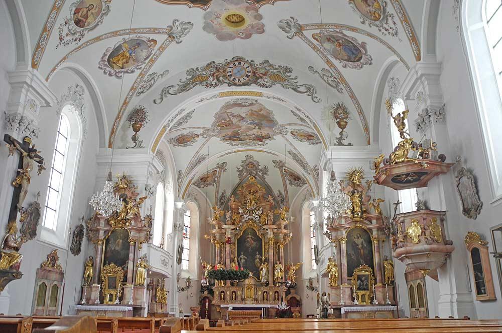 Blick in den Altarraum der Pfarrkirche St. Margaretha in Oberau