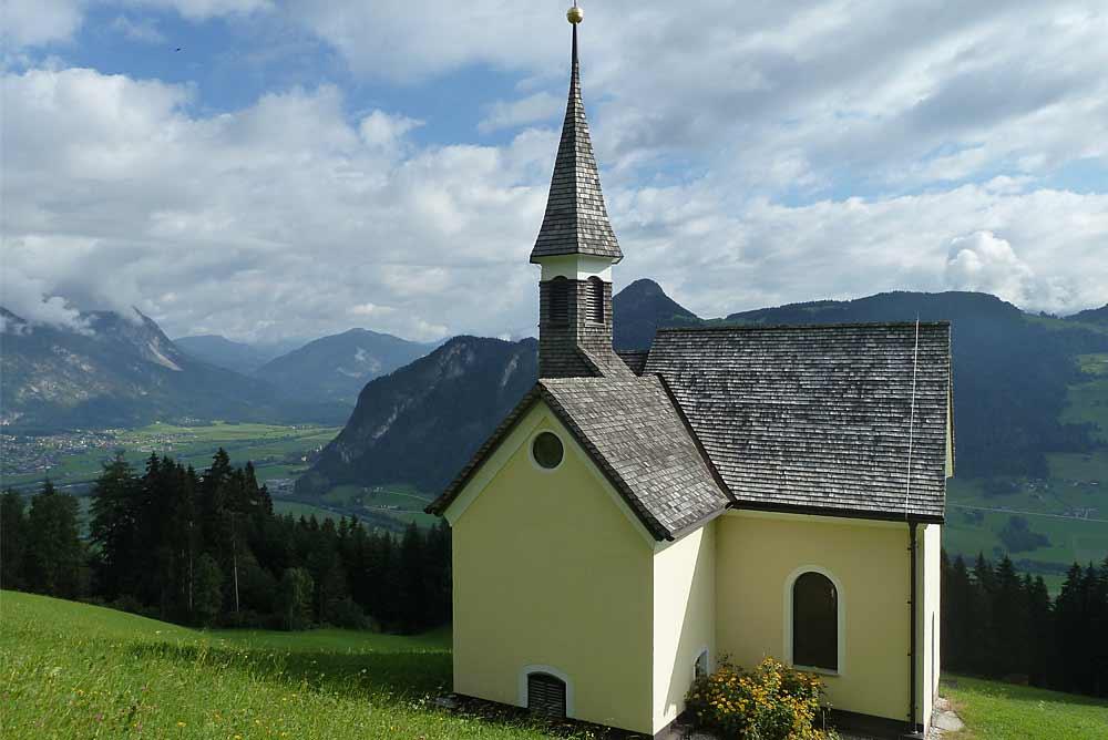 Blick von außen auf die Kapelle Hl. Maria in Schlitters