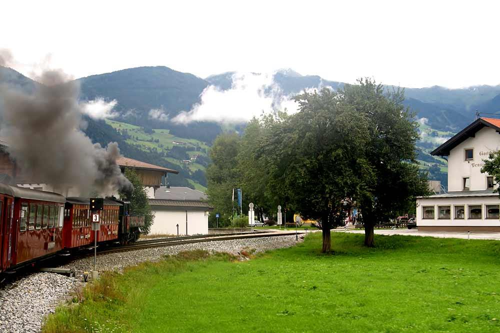 Lok 3 des Dampfzugs vor dem Bahnhof in Strass im Zillertal