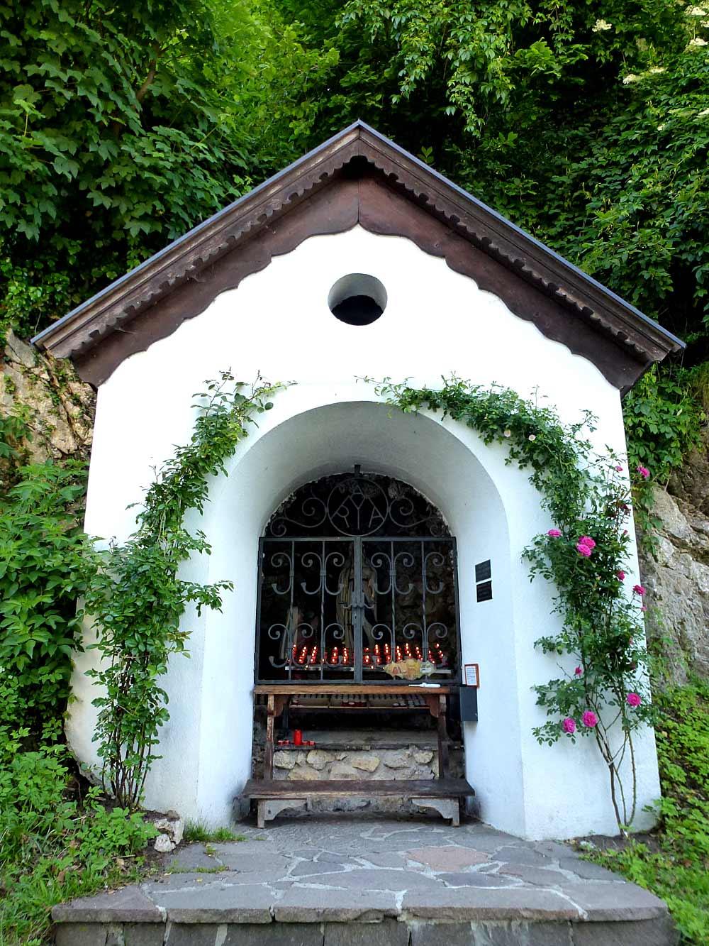 Außenansicht der Lourdesgrotte am Brettfall in Strass im Zillertal