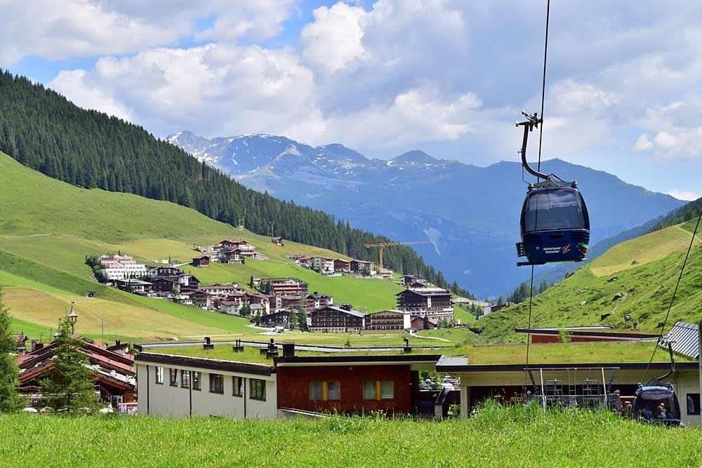 Talstation der Hintertuxergletscherbahn mit Hintertux im Hintergrund