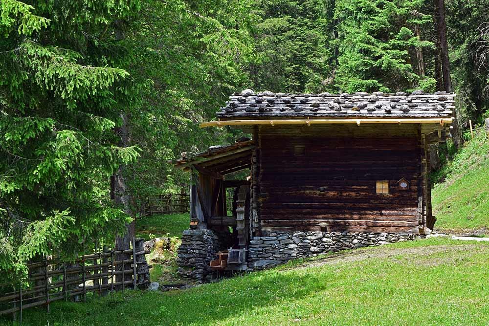 Die zweigängige Tuxer Mühle im Wald