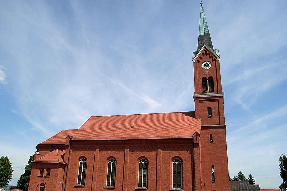 Blick auf die Ziegelsteinfassade von St. Andreas in Wurmannsquick
