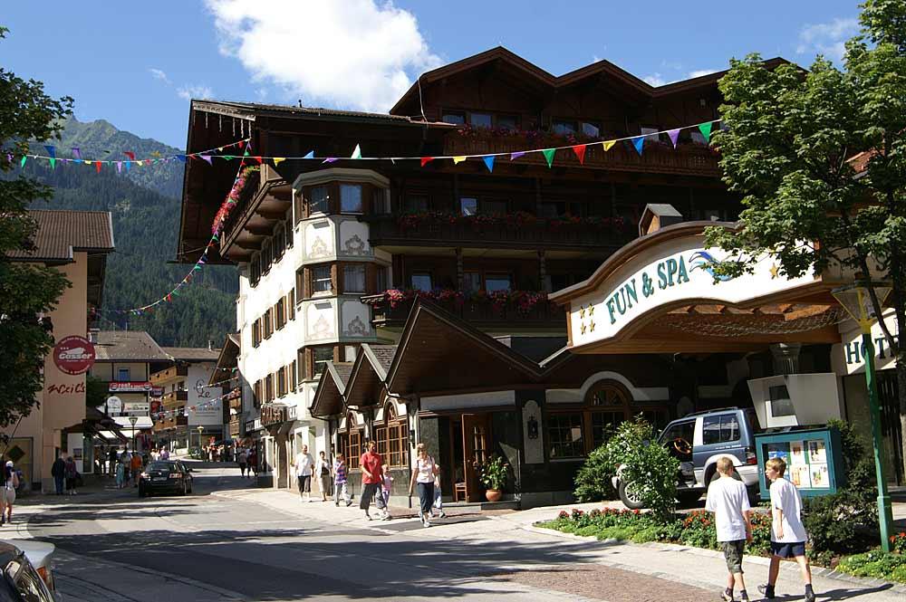 Die Hauptstraße Mayrhofens mit Geschäften