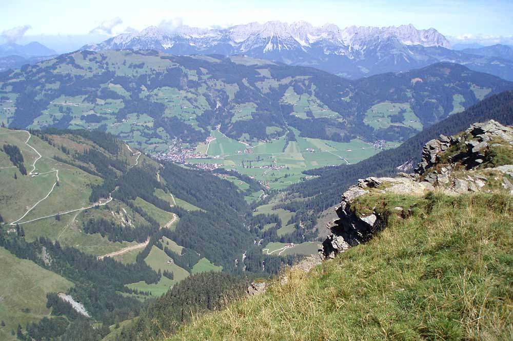 Blick auf das Brixenbachtal mit dem Wilden Kaiser im Hintergrund