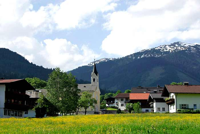 Blick auf den Ort Kelchsau in den Kitzbüheler Alpen