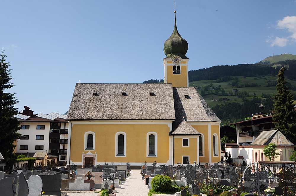 Blick auf den Friedhof und die Pfarrkirche St. Nikolaus in Westendorf