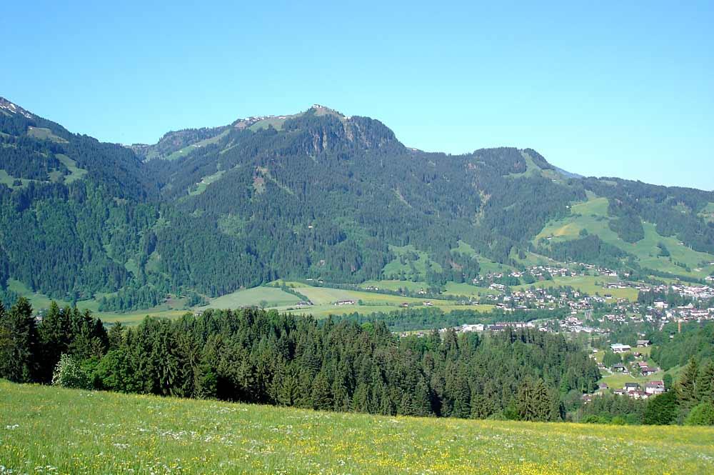 Blick auf den Hahnenkamm über Kitzbühel
