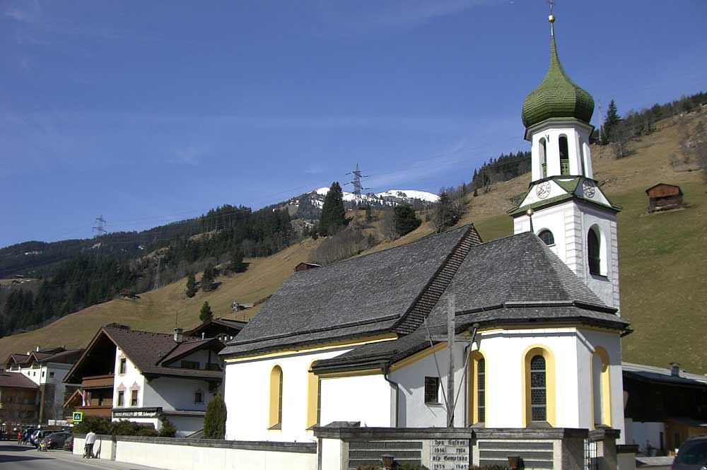Blick auf die katholische Pfarrkirche St. Leonhard und Lambert in Gerlos