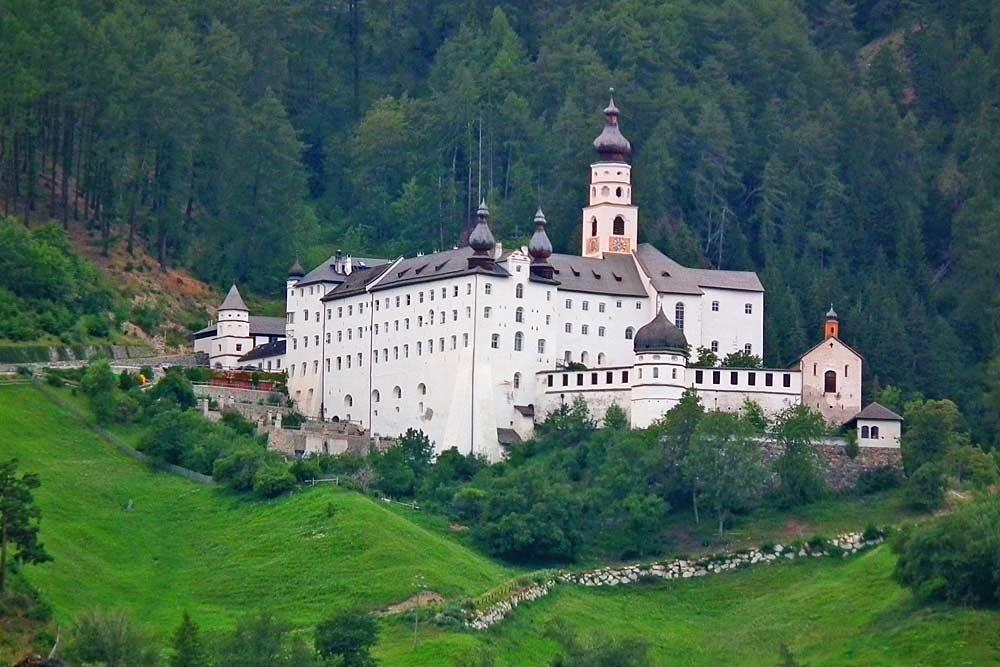 Blick auf das Benediktinerkloster Abtei Marienberg bei Mals
