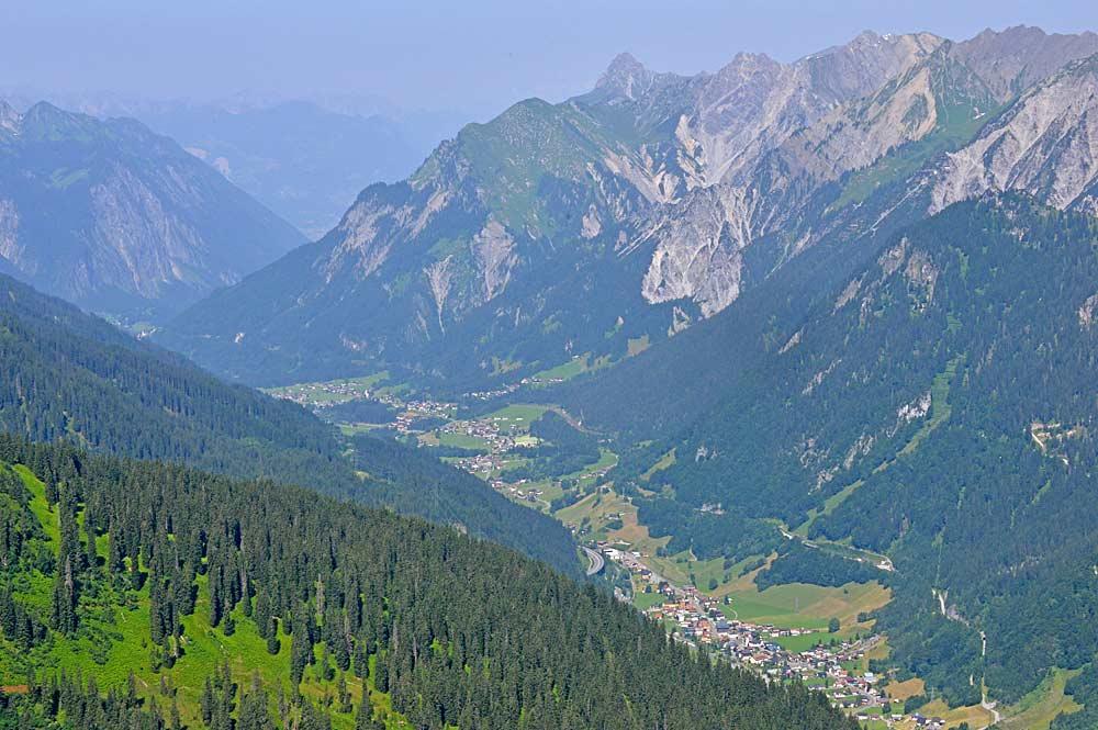 Blick von der Kaltenberghütte nach Klösterle im Klostertal