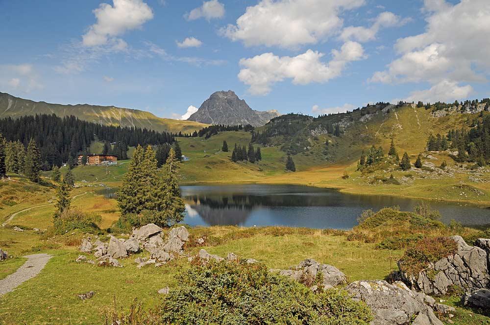 Blick auf den Körbersee bei Schröcken mit dem Großen Widderstein im Hintergrund