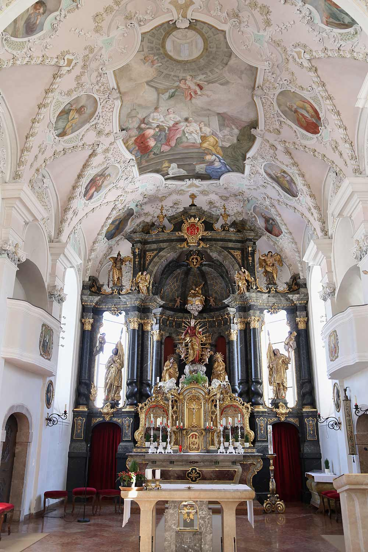 Altar der katholischen Pfarrkirche Mariä Himmelfahrt in Kirchbichl