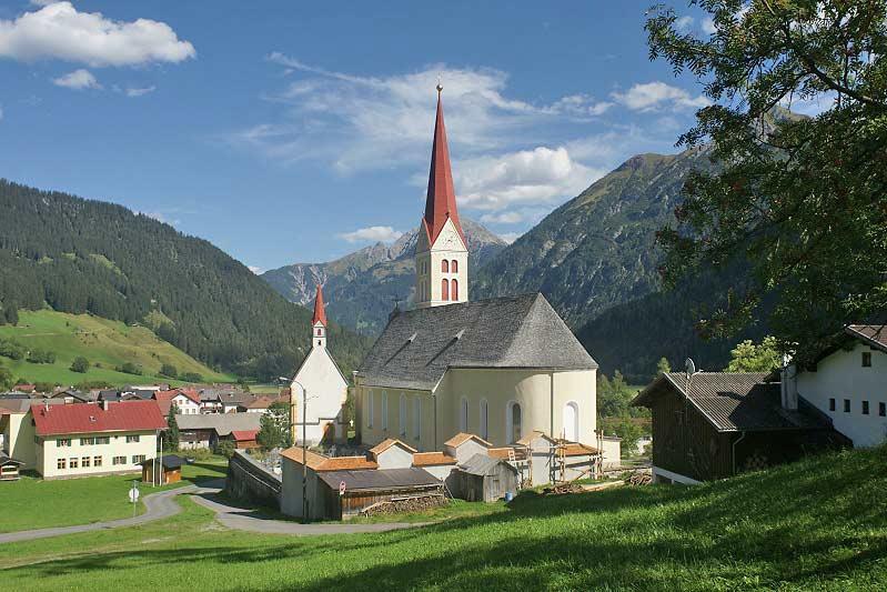 Kath. Pfarrkirche Unsere Liebe Frau Mariä Himmelfahrt und Sebastianskapelle in Holzgau