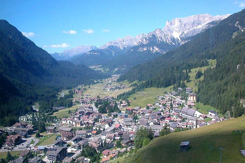 Blick auf Campitello di Fassa mit Rosengarten-Massiv und Latemar im Hintergrund