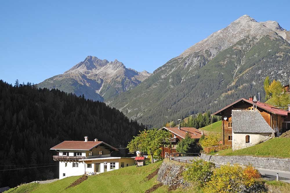 Blick auf den Ort Kaisers mit dem Biberkopf und der Ellbognerspitze