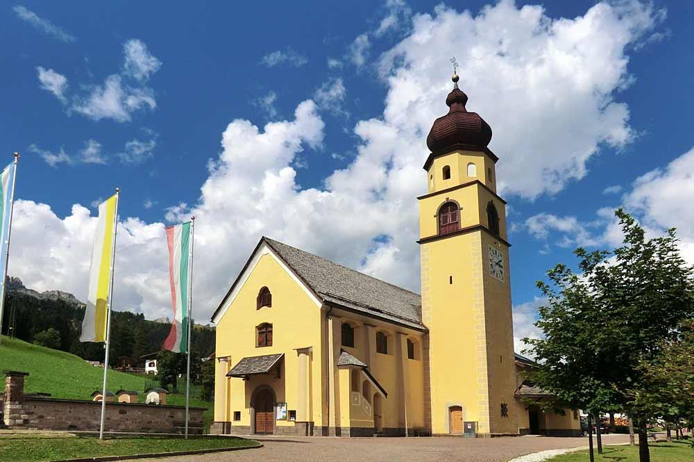 Die Kirche Santi Pietro e Paolo in Soraga