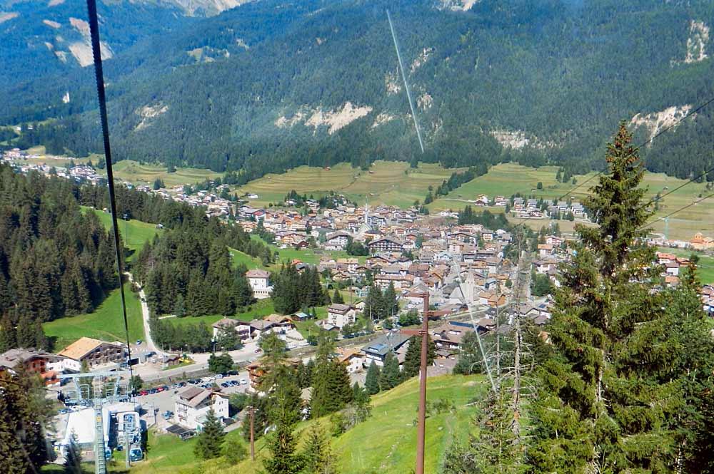 Luftaufnahme von Pozza di Fassa aus der Gondel der Buffaure-Seilbahn