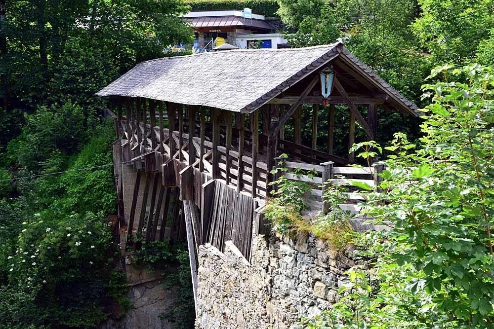 Die hölzerne Teufelsbrücke mit Kruzifix über dem Tuxerbach