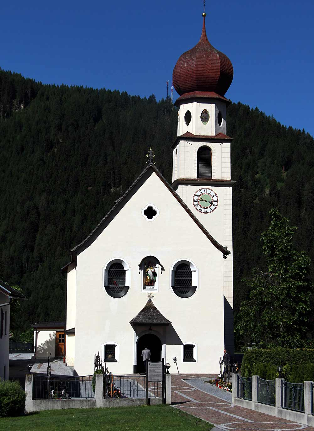 Blick auf den Friedhof und die katholische Pfarrkirche St. Gotthard in Jerzens