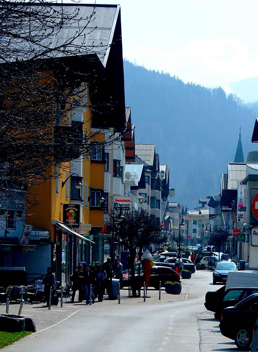 Die Bahnhofstraße in Wörgl mit zahlreichen Geschäften