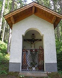 Fassade der Bannholzkapelle am oberen Ende des Besinnungswegs in Stanzach