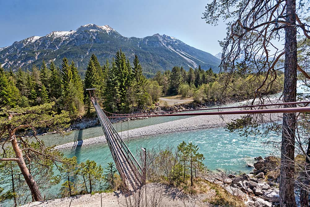 Blick auf die Hängebrücke Forchach über den Lech