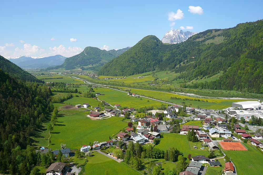 Luftaufnahme des Orts Erpfendorf in Tirol