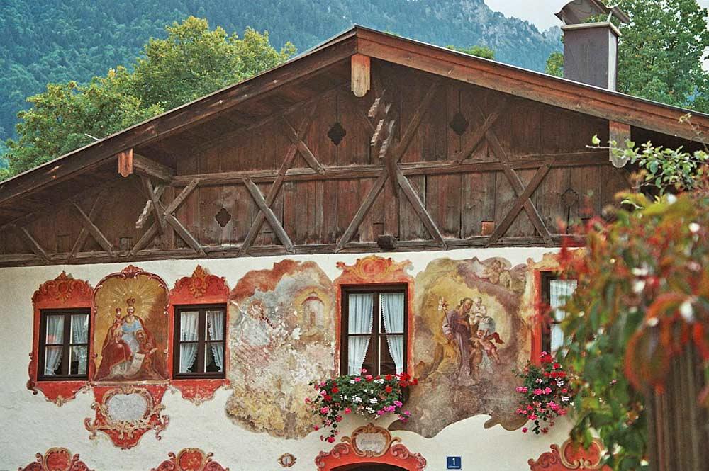 Frontseite des Doppelhauses Lüftlmalereck in Oberammergau