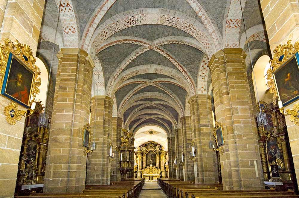 Das Innere des Kirchenschiffs der Klosterkirche Walderbach