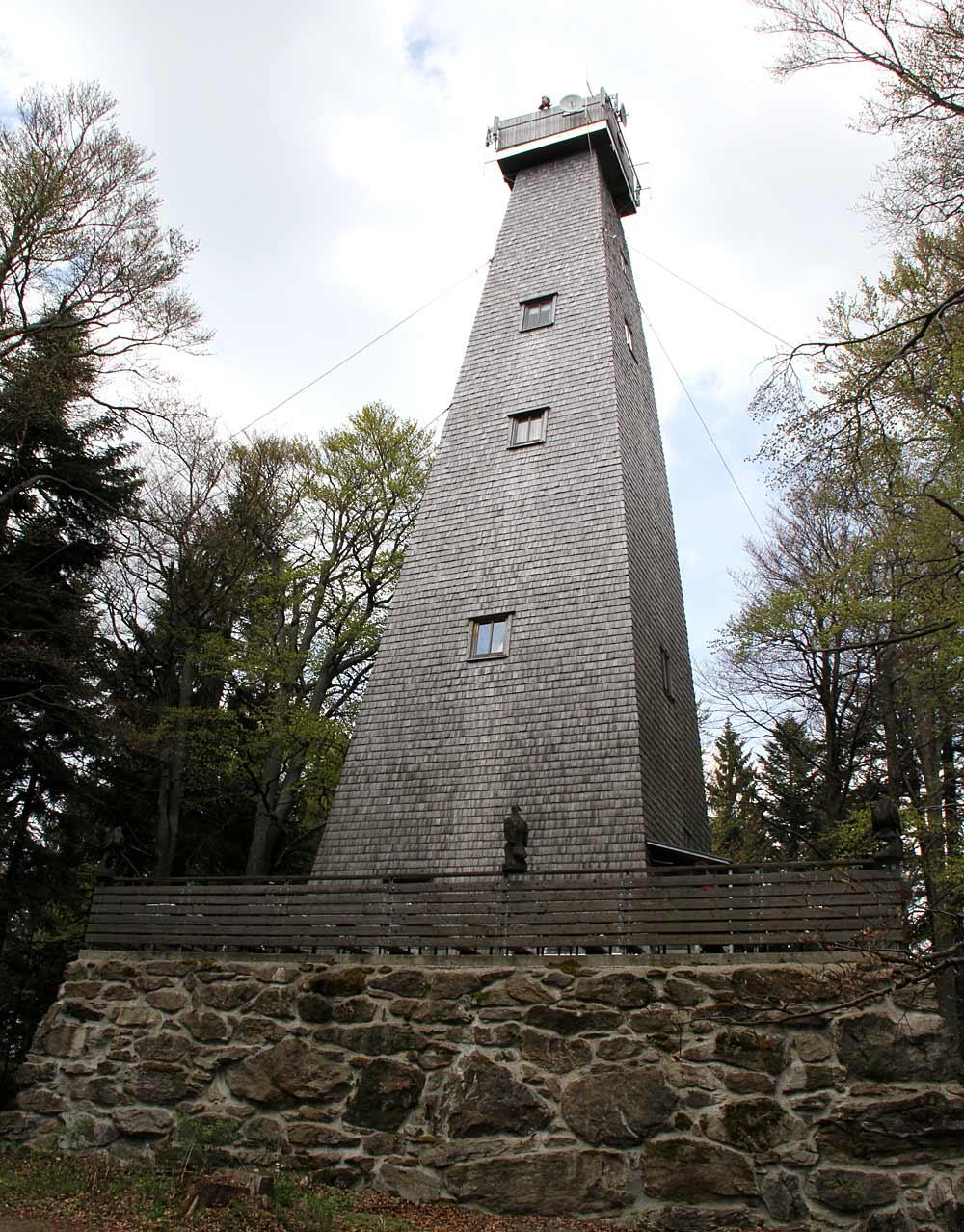 Der Aussichtsturm auf dem Brotjacklriegel bei Schöllnach