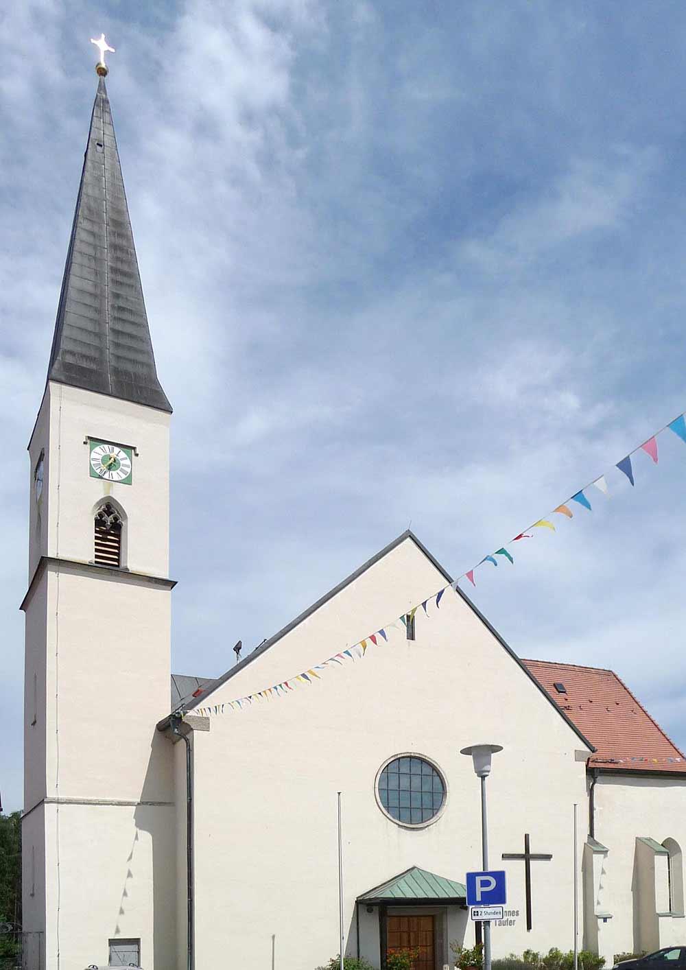 Blick auf die Pfarrkirche St. Johannes der Täufer in Schöllnach