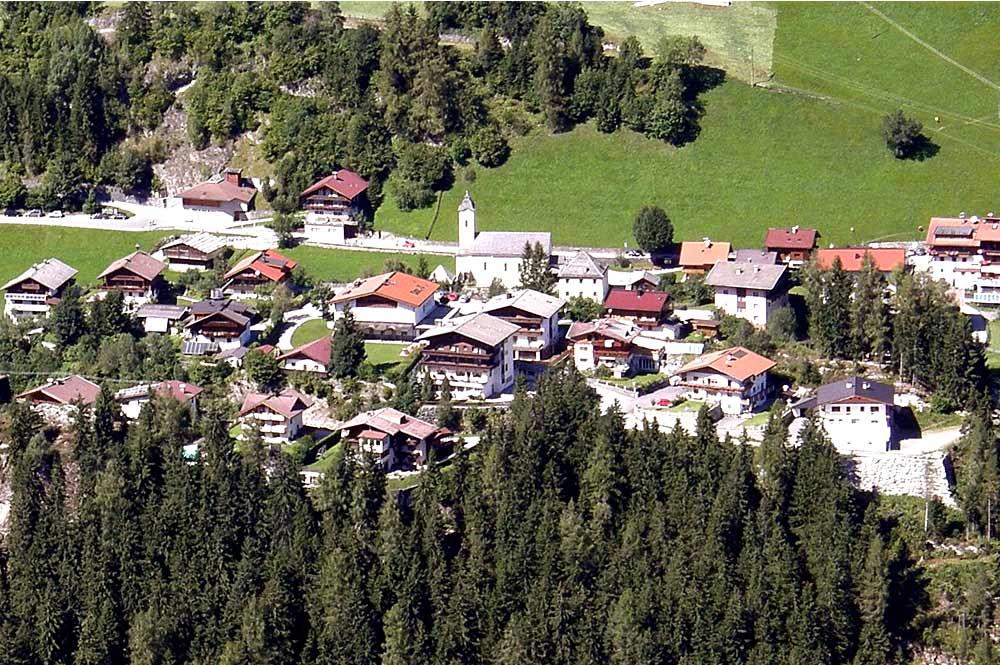 Blick von der gegenüberliegenden Talseite auf Brandberg in Tirol