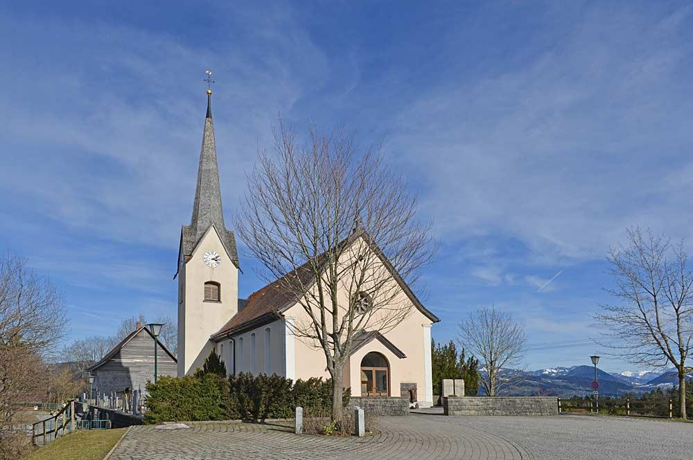 Blick auf die Pfarrkirche St. Petrus und Paulus in Buch