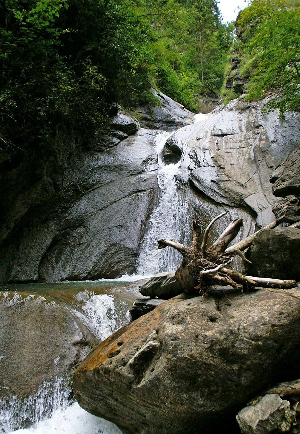 Kesselschlucht mit Ratzbach-Wasserfall in Weiler