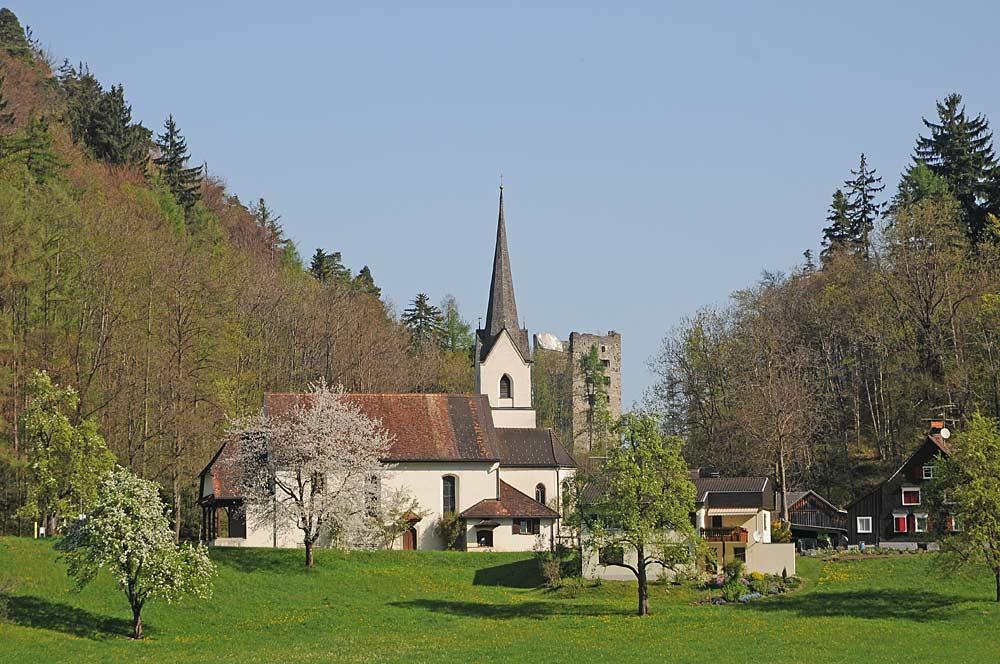 Filialkirche St. Arbogast und Burgruine Neu-Montfort in Götzis