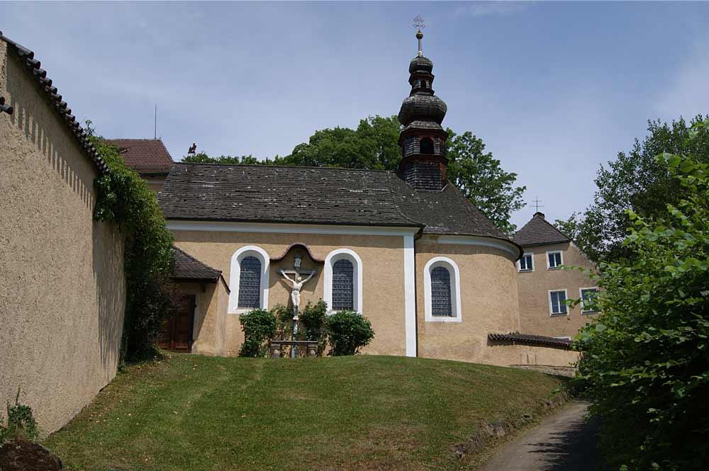 Schlosskapelle von Schloss Waffenbrunn oberhalb der Pfarrkirche