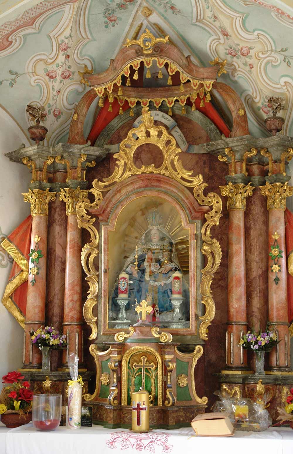 Geschmückter Altar der Dorfer Kapelle in Angerberg