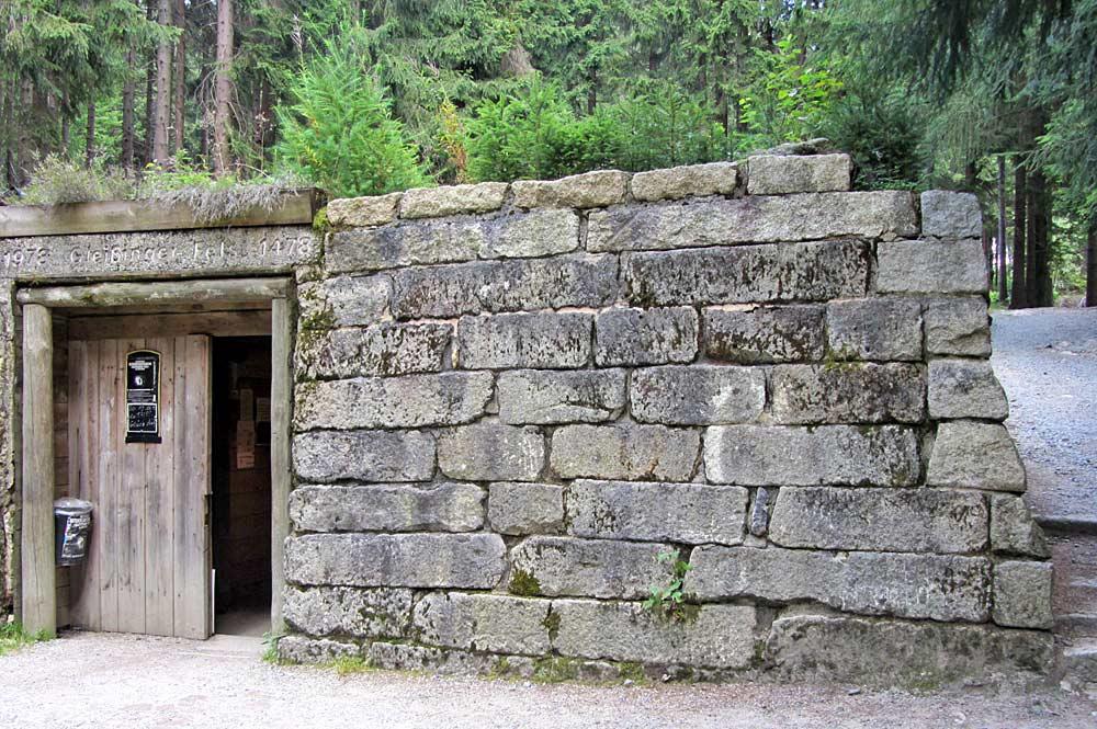 Eingang des Besucherbergwerks Gleissinger Fels in Fichtelberg